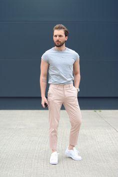 Logra un look con vibra noventera con pantalones caquis cortos, playera por dentro y Adidas totalmente blancos.