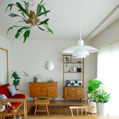 天井やカーテンレールなどから植物(グリーン)を吊るすハンギングプランツが、インテリア雑誌やSNSで人気を集めています。特別な梁や専用の道具などがなくても、手軽に室内でハンギングを楽しめる方法があれば素敵ですよね。賃貸やマンションでもOKの、我が家でもすぐにハンギングプランツを取り入れられるアイディア、素敵なインテリアの実例をご紹介します。