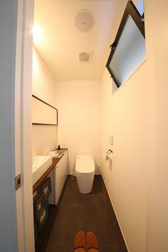 明るく開放的な家に友人を招く機会が増えました。 - L.D.HOMES® - シンプルデザイン住宅・新築注文住宅の建築設計事務所(神戸・兵庫・大阪・東京) Toilet, House Design, Home, Flush Toilet, Toilets, Architecture Design, House Plans, Home Design, Toilet Room
