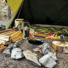 過保護picですみません…  GWのご近所さん招待ファミグルに向けて道志の森に下見ソロキャンに来ました  今日は天候が荒れそうなのでタープを掛けて屋根下キャンプです  軟弱キャンパーと笑われそうですが雨でも焚き火したいからねしょうがないね☔☔ #ソロキャンプ #道志の森キャンプ場  #パップテント #シェルターハーフテント #タトンカ1tc  #過保護張り #軟弱者