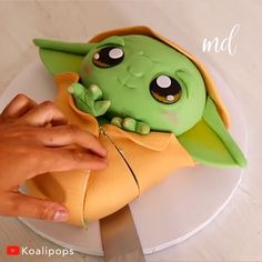 The most adorable baby Yoda cake! Theme Star Wars, Star Wars Food, Star Wars Baby, Star Wars Masks, Star Wars Cake Toppers, Star Wars Cupcakes, Star Trek Cake, Star Wars Cookies, Yoda Cake
