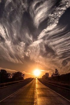 Funny pictures about Fascinating sunset. Oh, and cool pics about Fascinating sunset. Also, Fascinating sunset. Beautiful Sunset, Beautiful World, Beautiful Places, Simply Beautiful, Beautiful Scenery, Absolutely Stunning, Amazing Places, All Nature, Amazing Nature