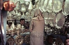Verkäufer in den Souks von Fes, 1962 Czychowski/Timeline Images #1960 #60er #60s #Marokko #Morocco #Handel #Händler #Verkäufer #Tourismus #Souvenir #Souvenirs #Silberschmiedarbeiten #Medina