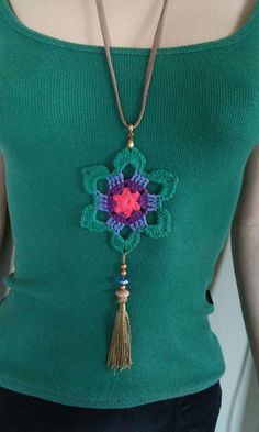 32 Best Ideas for crochet jewelry pendant Crochet Crafts, Crochet Yarn, Crochet Hooks, Crochet Projects, Textile Jewelry, Fabric Jewelry, Jewellery, Love Crochet, Crochet Flowers
