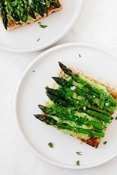 This green pea hummus tartine with grilled asparagus is a beautiful way to celebrate springtime! It's fresh, lemony, and beautiful. Grilled Asparagus, Green Peas, Vegan Life, Avocado Toast, Grilling, Favorite Recipes, Fresh, Vegetables