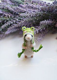 Needle felted mouse in a removable crochet frog hat. The mouse is approx. 6 cm tall (without the hat). Made from wool on wire armature - you can bend its arms, feet and tail. Made to order. Needle Felted Animals, Felt Animals, Wet Felting, Needle Felting, Crochet Frog, Crochet Hats, Crochet Mouse, Crochet Dolls, Felt Mouse