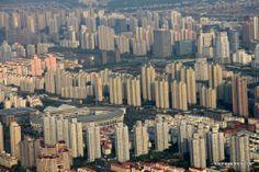 Wohnhäuser in Shanghai: die Metropole wächst und wirkt von oben wie ein Muster / skyscrapers where people are living in Shanghai #urban #concrete #houses #city #large #china #pattern #aerial http://www.kleineweltreise.de/muster-von-china/
