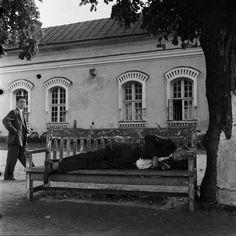 Suomenlinna, Iso Mustasaari. Mies nukkuu puistonpenkillä...