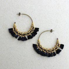 Les BO CEMILE sont composées d'une créole en laiton patiné (3,5cm) agrémentée de 14 minis pompons faits-main en coton DMC Noir, de 16 perles fantaisies (6x4mm) en laiton doré et de 2 minis perles (2mm) en laiton doré.Longueur totale : 5cm...Afin de conserver au mieux vos bijoux, évitez de les ranger dans un lieux ensoleillé ou humide, évitez également de vaporiser du parfum directement dessus...