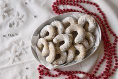 Vanilkové rohlíčky z vlašských ořechů Mohli byste si říct, že na pečení vánočního cukroví je ještě brzy a já si to myslím také. Tyto vanilkové rohlíčky jsou zatím jen testovací várkou hlavně kvůli vyladění chutí. A myslím, že po těchto rohlíčcích už jiné nebudete chtít zkoušet. #vanilkoverohlicky #vanocnicukrovi #rohlicky #vanocnipeceni