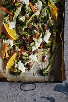 Kiireisen kokin pelastus: ota käyttöön uuni ja yhden pellin tekniikka - Ruoka | HS.fi Vegetable Pizza, Feta, Vegetables, Red Peppers, Vegetable Recipes, Veggies