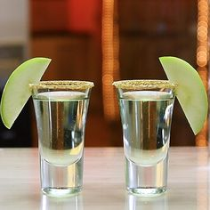 Make grandma proud with these Grandma's Apple Pie Shots!These stellar little vodka shooters mix up Apple Schnapps, Goldschläger, vanilla vodka, and Graham Cracker crumbs, and work perfectly as dessert shooters or pregame shots. Drinks Alcohol Recipes, Yummy Drinks, Drink Recipes, Fruity Shots, Apple Pie Shots, Grandmas Apple Pie, Birthday Cake Shots, Shooter Recipes, Cocktails