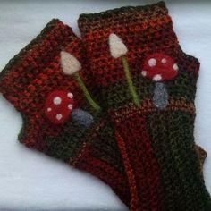 Adoring these fingerless #crochet gloves from bethshananne