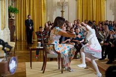 Here are the most memorable and moving pictures of First Lady Michelle Obama. Michelle Obama Fashion, Michelle And Barack Obama, Black Presidents, Greatest Presidents, American Presidents, American History, American First Ladies, African American Women, Barack Obama Family