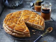 Galette des rois with salted butter caramel: discover the cooking recipes of Femme Actuelle Le MAG - Florette Narraway Italian Pastries, Sweet Pastries, French Pastries, Vegan Desserts, Fun Desserts, Dessert Recipes, Galette Frangipane, Traditional French Recipes, Sweet Italian Sausage