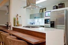 bancada de nanoglass na cozinha integrada com balcão de madeira e cadeira forradas de sweede.jpg