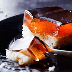 /ciasta/kostka_delicja/Biszkopt: biszkopt (...) Nasączenie: • sok z 1 i 1/2 pomarańczy • 1 łyżka cukru pudru • opcjonalnie: 2 łyżki likieru pomarańczowego lub 2 łyżki białego rumu + 1 łyżeczka ekstraktu pomarańczowego oraz: • 3 - 4 łyżki dżemu pomarańczowego lub konfitury brzoskwiniowej Galaretka: • 3 saszetki galaretek pomarańczowych Polewa: • 100 ml śmietanki kremówki • 1 łyżka gorzkiego kakao • 100 g ciemnej czekolady deserowej