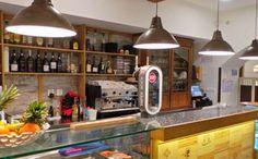 10 restaurants typiques à Lisbonne - Le Barracao de Alfama Algarve, Restaurants, Places To Eat, Liquor Cabinet, Home Decor, Officiel, Travel Ideas, Surf, Porto