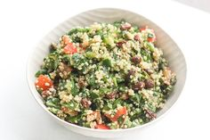 Quinoa Spinach Power Salad with Lemon Vinaigrette Take a bite into this refreshing gluten-free quinoa spinach salad bursting with colourful tomatoes cucumbers and raisins dressed with a lemon vinaigrette. Quinoa Spinach, Spinach Salad, Quinoa Salad, Lemon Vinaigrette, Vinaigrette Recipe, Yogurt, Power Salad, Roasted Butternut Squash Soup, Clean Eating