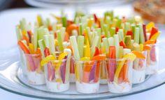 Palitos de legumes são saudáveis e uma ótima pedida para servir para os amigos.