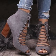 Настоящий писк моды этой весны — полусапожки со шнуровкой. Эта простая деталь добавит любому  образу романтичности и сделает его более нарядным. #обувь# #босоножки# #туфли# #мода# Peep Toe