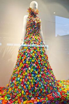 Balloon dress in the shop window of Takashimaya, Osaka – Expolore the best and the special ideas about Store window displays Merchandising Displays, Store Displays, Window Displays, Retail Displays, Bar Deco, Vitrine Design, Decoration Vitrine, Recycled Dress, Recycled Costumes
