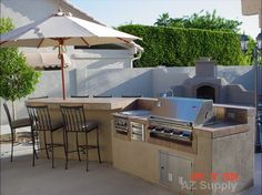 Large Island With Summerset Sizzler Grill And Round Table Seating