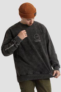 Tomboy Fashion, Grunge Fashion, Fashion Outfits, Retro Sweatshirts, Hoodies, Estilo Tomboy, Mix And Match Fashion, Clothing Photography, Apparel Design