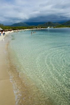 Isla Larga está ubicada en las costas del estado Carabobo, a solo 40 minutos de Valencia y a 15 de Puerto Cabello. Es un destino natural que ofrece a sus visitantes las aguas más tranquilas y cristalinas del litoral, ideal para pasar un día en familia.