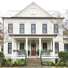 Nothing like a little Charleston curb appeal to brighten up your Monday afternoon. : @krystine_edwards #regram #MySouthernLiving