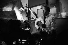 Mira videos y escucha gratis a Hugh Laurie. Hugh Laurie nació el 11 de junio de 1959 en Oxford, Inglaterra. Actualmente se encuentra casado con Jo Green, con quien tuvo 3 hijos: Charlie, Bill y Rebecca. Es actor, comediante, escritor y músico. Alcanzó el éxito gracias al personaje de Gregory House en la serie House M.D., y obtuvo el premio Golden Globe a Mejor Actor Dramático en el año 2006 y 2007. Hugh es capaz de tocar el piano, la guitarra, la armónica, la batería y el saxofón. En series…