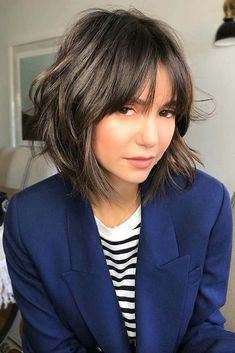 Moving on, let's see the most flattering haircuts for round faces. Let's pick you something that will enhance your features. #haircuts #faceshape #roundface