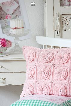 pink crochet flower cushion - inspiration from bleu et rose