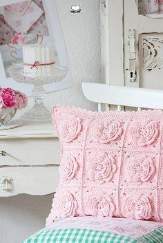 pink crochet flower cushion - inspiration from bleu et rose