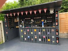 Below you can discover outdoor bar ideas that satisfy your hopes and also desires. Designing an outdoor bar is a lot fun. Choose from these designs to make it simpler! Outdoor Garden Bar, Garden Bar Shed, Outdoor Pallet Bar, Backyard Bar, Pallet Patio, Outdoor Bars, Outdoor Bar Areas, Diy Pallet Bar, Pallet Bar Stools