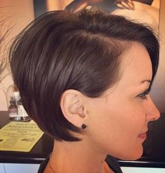 long pixie hairstyles Long Pixie Pixie haircut came into vogue back in when Audrey Hepburn appeared on the screens in the movie Roman Holiday. Very Short Bob, Short Bob Cuts, Long Pixie Cuts, Short Hair Cuts, Short Hair Styles, Short Bob Thin Hair, Short Inverted Bob, Long Pixie Bob, Short Bobs
