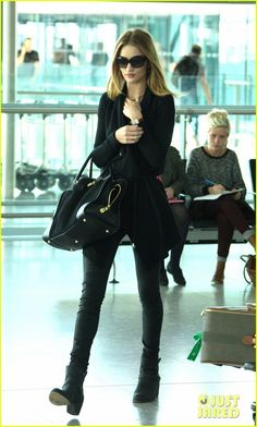Full Sized Photo of rosie huntington whiteley black outfit heathrow 03 Airport Chic, Airport Style, Airport Outfits, Cold Weather Outfits, Casual Winter Outfits, Street Chic, Street Style, Travel Chic, Rosie Huntington Whiteley