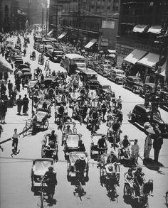 Shanghai's traffic jam.   1948年5月,交通堵塞.
