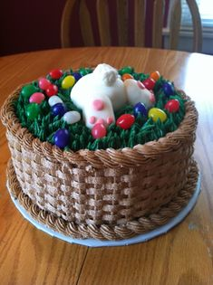 Pinner said: Bunny Butt Easter Basket - This was my first attempt at a basket. Triple layer strawberry cake with buttercream basket and grass, fondant bunny, and real jelly beans. My 11 year old son loves the bunny butt. Easter Cupcakes, Easter Cookies, Easter Treats, Holiday Cakes, Holiday Desserts, Holiday Treats, Easter Desserts, Desserts Ostern, Spring Cake