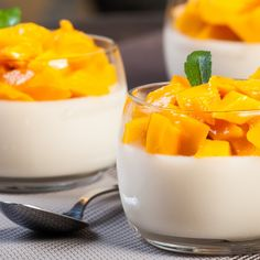 This mango panna cotta recipe is very quick and easy to make. This light dessert is perfect after a large meal. Mango Panna Cotta Recipe from Grandmothers Kitchen. Just the other night I had an Oreo Panna Cotta and it was delicious! Thermomix Desserts, Köstliche Desserts, Dessert Recipes, Recipes Dinner, Mango Recipes, Sweet Recipes, Quick Recipes, Quick Meals, Mango Panna Cotta