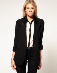 Ein gerader, schwarzer Blazer mit einem cool Satin-Revers und halblangen Ärmeln. Oasis Tux Jacket ($128)