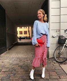 Las faldas cruzadas con volantes se están poniendo de moda