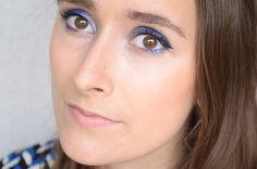 Maquillage bleu avec des fards à paupières faits maison