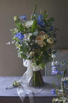 お祖母様から譲り受けたという大切なブルーのアクセサリーを身につけた花嫁様へ。カジュアルなパーティーに合わせて空気感のあるナチュラルなお花をお届けしました。...