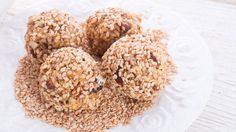 Recipe Roundup: 5 Ways To Make Homemade Protein Bites Protein Bites, Protein Snacks, Protein Energy, Cranberry Dessert, Healthy Recepies, Low Calorie Snacks, Energy Snacks, Energy Bites, Peppermint Patties