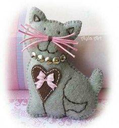 Zamówienie - matrioszka b&w felt cat Fabric Crafts, Sewing Crafts, Sewing Projects, Felt Cat, Felt Decorations, Felt Christmas Ornaments, Felt Brooch, Felt Patterns, Felt Applique