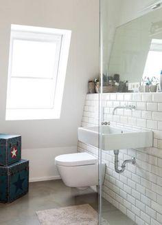 badezimmer Als Wandverkleidung erhielt das Badezimmer Fliesen, wie sie auch in Pariser Metrostationen verwendet wurdenZur Übersicht