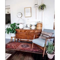 46 Awesome Bohemian Style Home Decor For Your Inspire - OMGHOMEDECOR - This res. : 46 Awesome Bohemian Style Home Decor For Your Inspire – OMGHOMEDECOR – This restrained Bohemian space with patterned rug & pillow potted plants on floor, of a sta – Retro Home Decor, Rooms Home Decor, Home Design Decor, Diy Home Decor, House Design, Design Ideas, Design Trends, Living Room Plants Decor, Vintage Apartment Decor