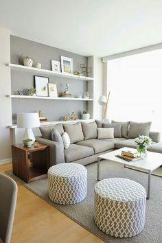 Una bellisima sala de un bello color gris claro que contrasta a la perfección con el blanco de las repisas #sala