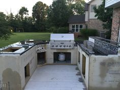 Check out this diy backyard kitchen fully equipped with multiple grills. This DIY backyard kitchen is absolutely beautiful. Outdoor Kitchen Plans, Outdoor Kitchen Patio, Outdoor Kitchen Design, Outdoor Pool, Outdoor Grill Station, Backyard Patio Designs, Backyard Bar, Guy, Jealous